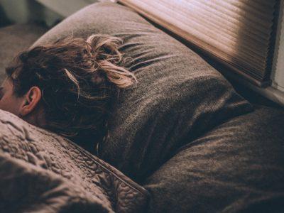 zena-spava-na-jastuku